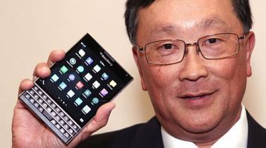 John Chen, presidente de BlackBerry, anunció que el modelo Passport también estará disponible en blanco y rojo.
