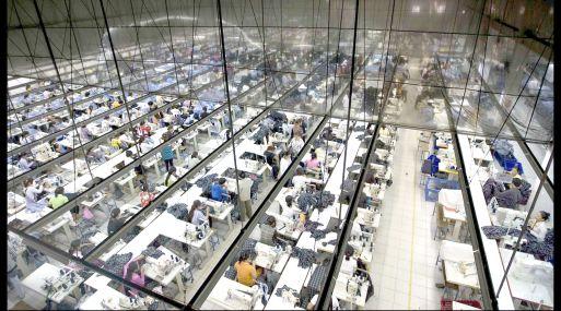 Una camisa procedente de China puede costar hasta 883% más cara en Estados Unidos, dijo la CCL.