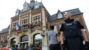 Francia: Incredulidad y rabia en Saint Etienne du Rouvray luego del asesinato de un cura