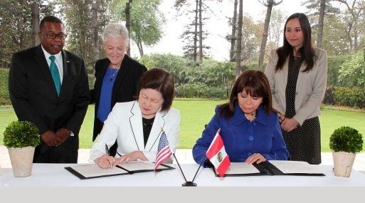 Tessy Torres (derecha de la foto), presidenta del OEFA, suscribió el convenio junto a Jane T. Nishida, administradora auxiliar adjunta de la Oficina de Asuntos Internacionales y Tribales de la EPA.
