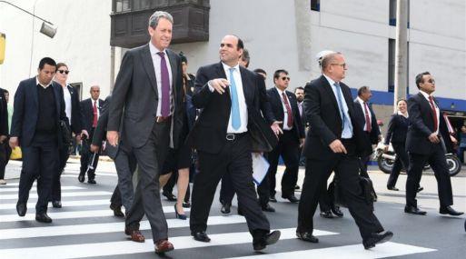 Fernando Zavala llegó al Congreso acompañado del ministro de Economía, Alfredo Thorne, y otros ministros. (Foto: MEF).