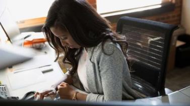 Por qué las mujeres están en desventaja desde el inicio de su carrera