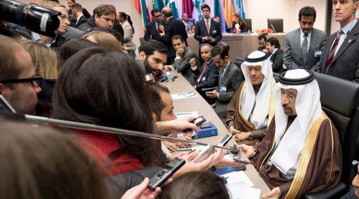 Khalid al-Falih, ministro de Energía de Arabia Saudita, habla con la prensa. (Foto: AFP)