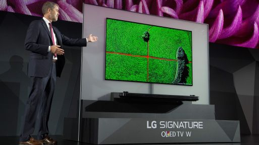 David VanderWaal, vicepresidente de Marketing de LG, presenta el OLED TV W de LG en CES 2017. (Foto: AFP)
