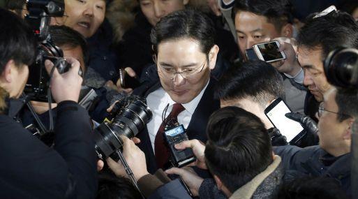 Lee Jae-Yong es abordado por la prensa. (Foto: AP)
