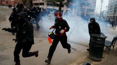 Manifestantes y policías se enfrentan en Washington durante toma de posesión de Trump