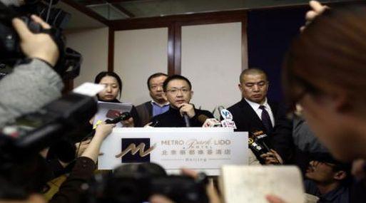 Portavoz de Malaysia Airlines habla sobre el vuelo MH370 en una conferencia de prensa en Beijing. (Reuters)