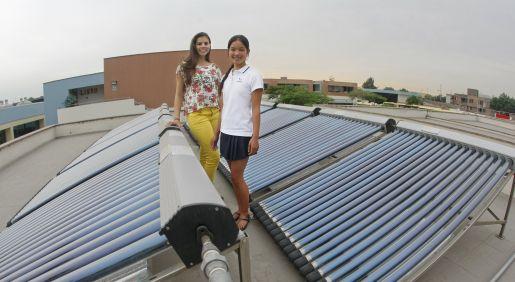 Dupla motora. Raquel y Valeria han paseado su proyecto de termas solares por diversos países. (Manuel Melgar)