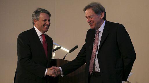 Ben van Beurden, CEO de Royal Dutch Shell, y Andrew Gould, presidente de BG Group, asisten a una conferencia de prensa en la bolsa de Londres. (Foto: Reuters)