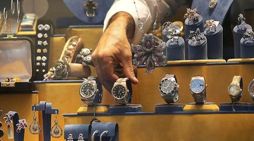 Detrás de las vitrina. Muchas personas ingresan al mercado de lujo a partir de la compra de accesorios.