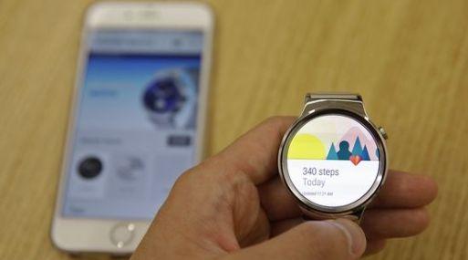 Google busca nuevas formas de populizar su software Android Wear conforme trata de seducir a los clientes de Apple. (Bloomberg)