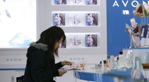 Demanda de cosméticos Avon sigue cayendo en América Latina afectando sus ventas