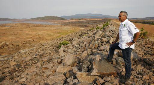 Ministro de Energía Eléctrica, Luis Motta, en la reseca represa de Guri. (Foto: Reuters)