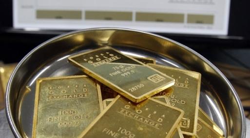 A las 1230 GMT, el oro al contado bajaba 0.1%, a 1,210.60 dólares la onza.