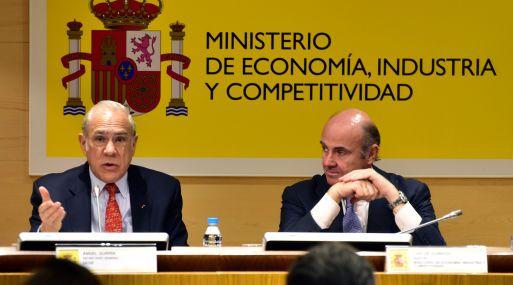 Ángel Gurría, secretario general de la OCDE, se dirige a la prensa junto al ministro español Luis de Guindos. (Foto: AFP)
