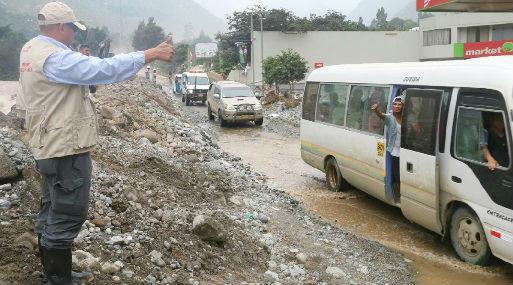 Transportistas saludan al ministro Tamayo tras reabrirse la vía (foto: MEM).