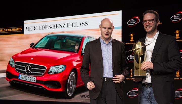 Jens Meiners, Vicepresidente de World Car, entrega reconocimiento a Dirk Fetzer, alto ejecutivo de Mercedes-Benz, en el World Car Awards en Nueva York.
