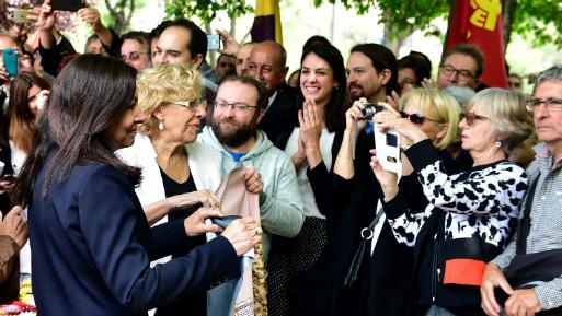 Las alcaldesas de Paris y Madrid se reunieron en el Jardín de los Combatientes de la Nueve. (Foto: AFP).