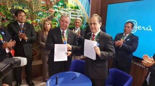 Héctor Soldi y Alfonso Miranda muestran la Declaración Conjunta entre Produce y la SNI.