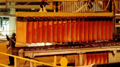 Los precios del cobre a tres meses en la Bolsa de Metales de Londres perdían 1.8% a US$ 5,509 por tonelada.