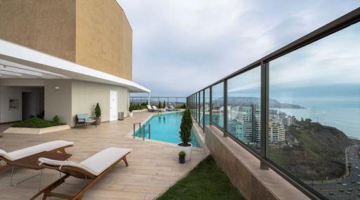 En el piso 18 hay terrazas con vistas a toda la ciudad, zonas para parrillas y una gran piscina.