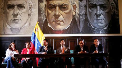 Freddy Guevara (tercero de la derecha) encabezó el grupo de diputados que declaró a la prensa (foto: Reuters).