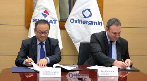 Daniel Schmerler, presidente de Osinergmin, y Víctor Shiguiyama, jefe de la Sunat, firmaron el convenio.
