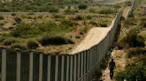 Las personas que cruzan la frontera ilegalmente en esa área suelen tratar de nadar en el contaminado río New River.