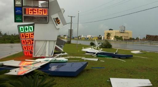 Durante la noche, decenas de familias fueron rescatadas en Toa Baja, un suburbio de la capital San Juan que se inundó cuando un lago se desbordó.