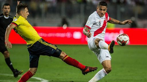 Paolo Guerrero anotó el tanto de tiro libre que metió a Perú en el repechaje. (Foto: AFP).
