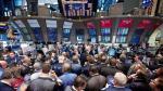Wall Street cierra con triple récord y el Dow Jones supera los 23,000 puntos - Noticias de contratación