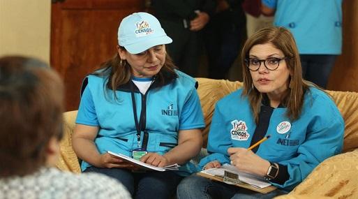 La premier Mercedes Aráoz apoyó en el trabajo de empadronadores en Punta Hermosa. (Foto: PCM)