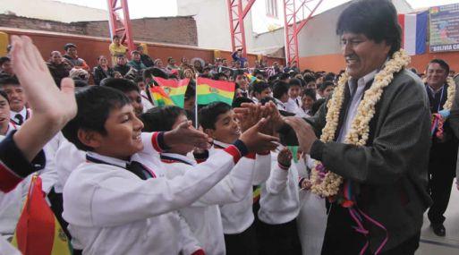 Más de dos millones de escolares reciben subsidio anual estatal — Bolivia