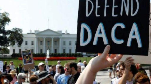 El DACA ha protegido de la deportación a unas 800,000 personas traídas de manera ilegal a Estados Unidos cuando eran niños o que llegaron con familias que se quedaron en el país después que expiraron sus visas.