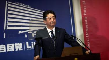 Oro cae a mínimo de dos semanas mientras victoria electoral de Abe impulsa al dólar