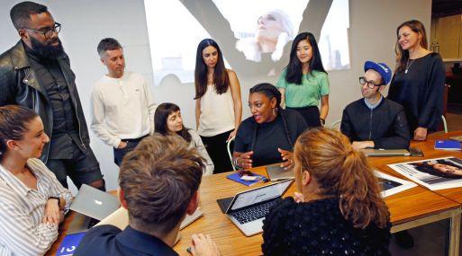 Además de contratar personal más diverso, algunas empresas acuden a agencias pequeñas, enfocadas en sectores étnicos específicos. Being Latino, que produce publicidad para las redes sociales, ha hecho avisos para Bud Light, Snickers y Coca Cola.