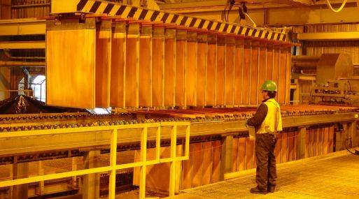 El cobre a tres meses en la Bolsa de Metales de Londres (LME) bajaba 0.2% a US$ 6,749 la tonelada a las 1230 GMT.