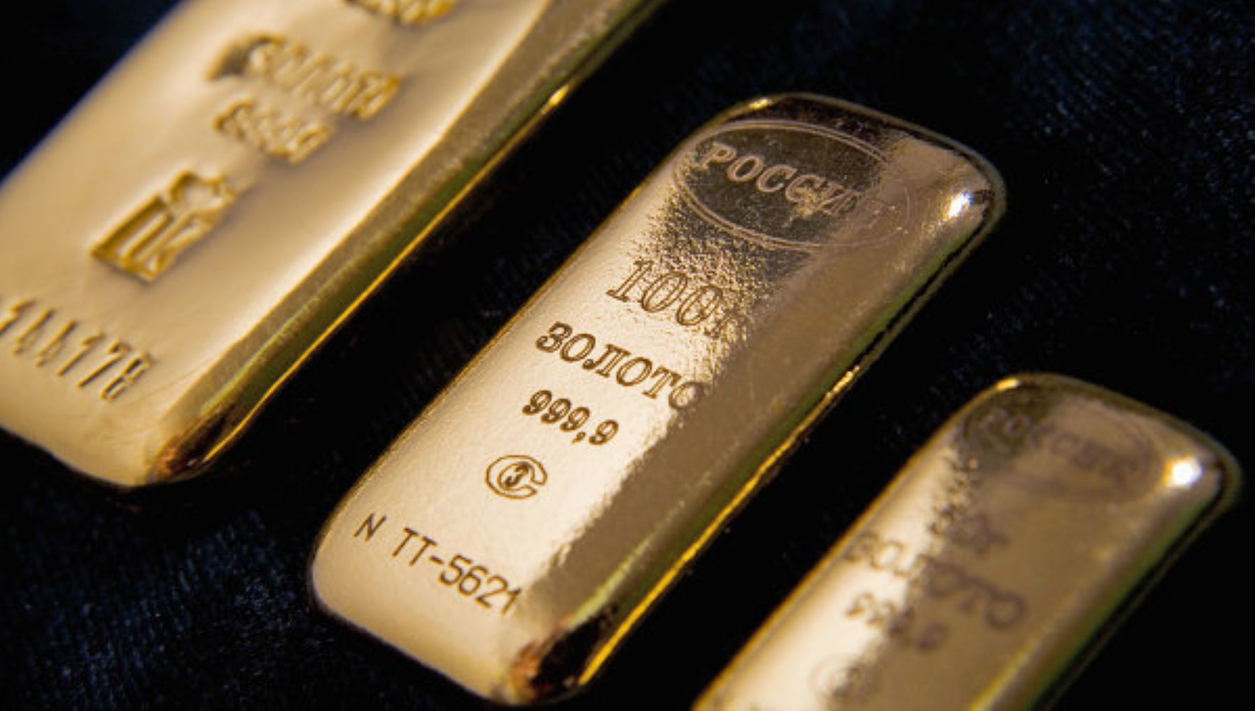 Un dólar más débil hace que el oro sea más barato para los tenedores de otras divisas.
