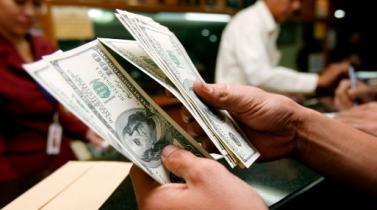 Tipo de cambio baja por pago impuestos de empresas y recorte de posiciones de dólares de bancos