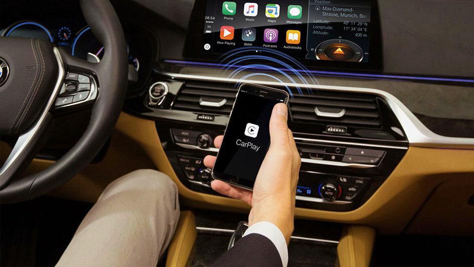 BMW y Mercedes-Benz han usado los asistentes virtuales de Apple y Amazon; sin embargo, las instrucciones a nivel de asistente de voz aún no están asociadas a las funcionalidades propias de un auto.