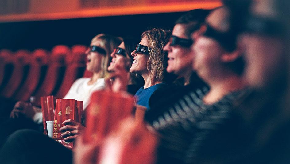 3. Entretenimiento: Si bien existen strips malls que ofrecen moda, servicios financieros, gimnasios y restaurantes, se añade ahora al mix las salas cines.